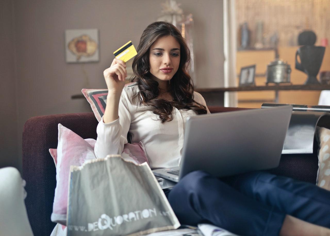 Quais os melhores sites para comprar online? (Foto de Andrea Piacquadio no Pexels)